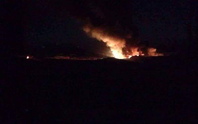 Une capture d'écran diffusée sur les réseaux sociaux prétend montrer une attaque aérienne israélienne présumée visant des installations iraniennes dans la ville syrienne de Masyaf, le 13 avril 2019. (Capture d'écran/Twitter)