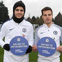 """Alvaro Morata, à gauche, et  Cesar Azpilicueta  de Chelsea soutiennent la campagne """"Non à l'antisémitisme"""" sur le terrain d'entraînement du club à Cobham, en Angleterre, le 12 janvier 2018 (Crédit : Darren Walsh/Chelsea FC via JTA)"""