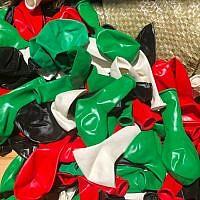 Les ballons aux couleurs du drapeau palestinien, illégalement importées en Israël afin d'être livré dans la bande de Gaza, probablement à des fins d'attaques incendiaires, en mai 209. (Crédit : autorités fiscales)