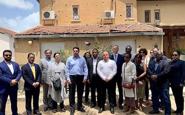 L'ambassadeur israélien aux Nations unies Danny Danon (5eme à gauche) et ses confrères au domicile de Moshe Agadi, un Israélien tué par un tir de roquette depuis Gaza, le 7 mai 2019. (Crédit : mission israélienne à l'ONU)