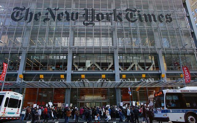 """Sur cette photo prise le 26 février 2017, des gens participent à une manifestation devant le """"New York Times"""" à New York. (AFP Photo/Kena Betancur)"""