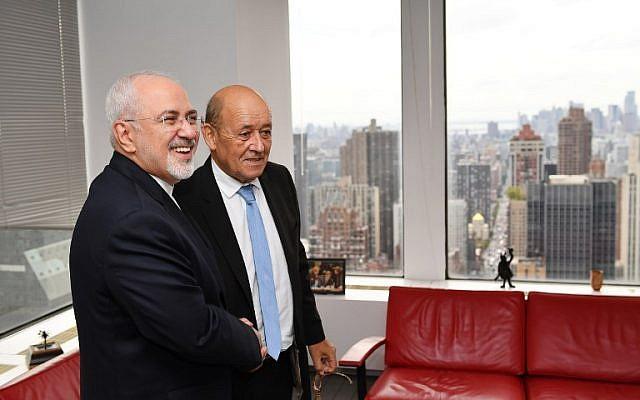 Le ministre des Affaires étrangères français Jean-Yves Le Drian et son homologue iranien Mohammad Zarif à la mission française des Nations unies en marge de l'Assemblée générale des Nations unies à New York, le 24 septembre 2018. (Crédit : AFP/MANDEL NGAN)