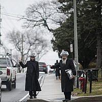 A titre d'illustration : Cette photo prise le 5 avril 2019 montre deux juifs orthodoxes faisant de l'auto-stop sous la pluie dans un quartier juif de Monsey à Rockland County, New York. (Johannes Eisele/AFP)