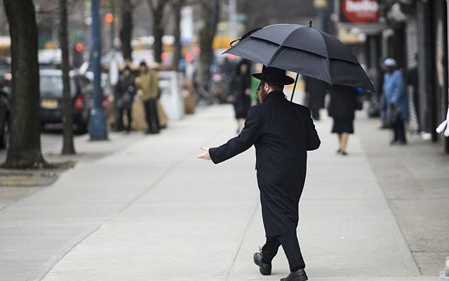 Un Juif orthodoxe traverse une rue dans un quartier juif Haredi à Williamsburg, Brooklyn, le 9 avril 2019 à New York. (Johannes Eisele/AFP)