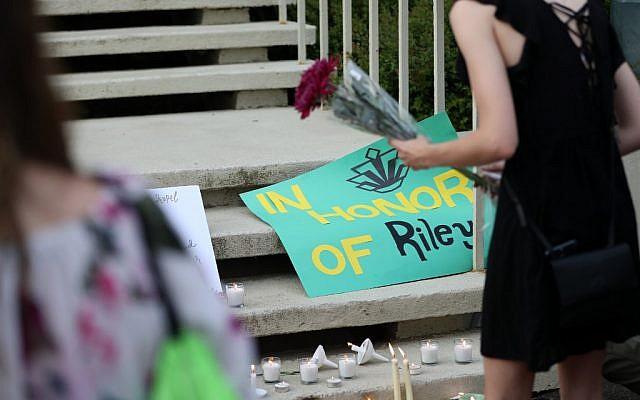 Des étudiants rendent hommage à Riley Howell, tué dans la fusillde l'univesité de Charlotte, en Caroline du nord, le 1er mai 2019. (Crédit : Logan Cyrus / AFP)