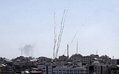 Une photo prise depuis la bande de Gaza montre des roquettes lancées vers Israël, le 4 mai 2019 (Crédit :  MAHMUD HAMS / AFP)