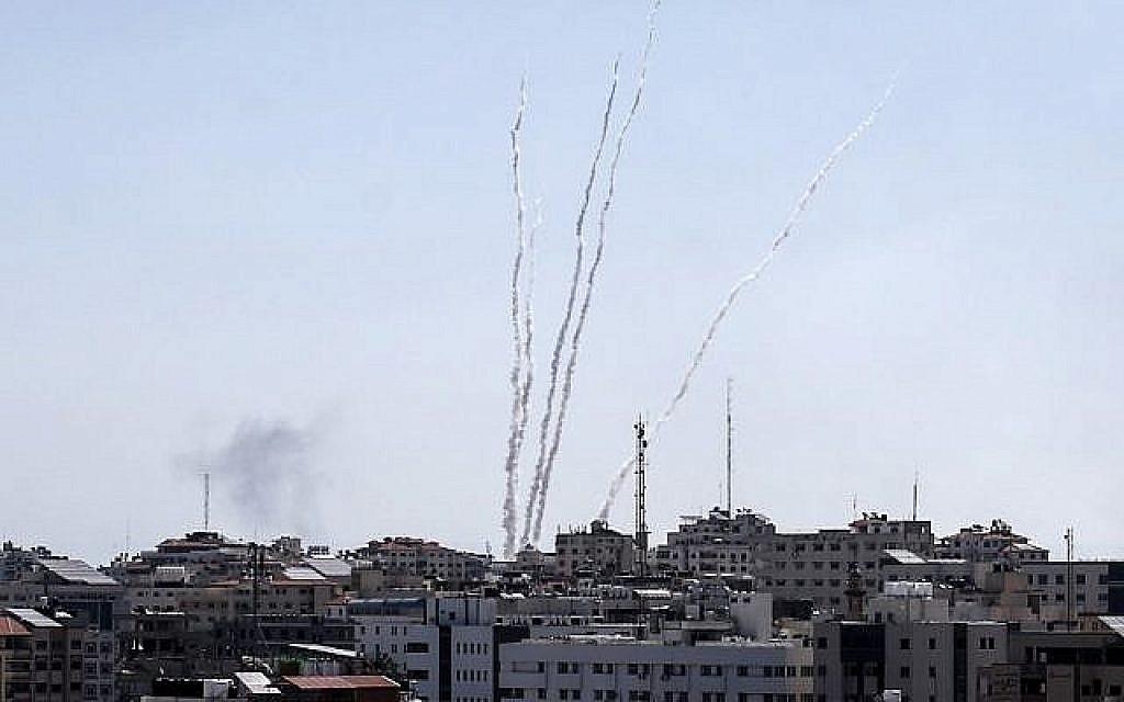Des roquettes tirées depuis la bande de Gaza, le 4 mai 2019 (Crédit : capture d'écran)