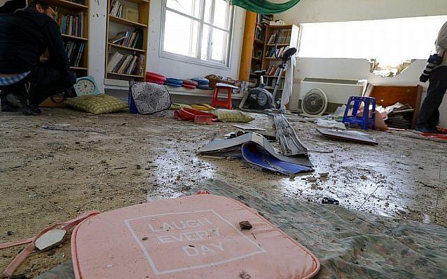 Des objets sont dispersés dans une maison touchée par une roquette tirée depuis la bande de Gaza dans le village israélien de Netiv Haasara, dans le sud d'Israël, le 4 mai 2019. (Crédit : Jack Guez / AFP)