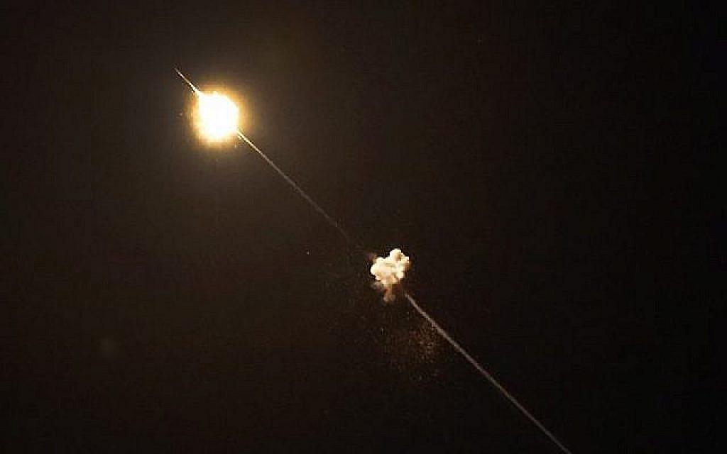 Une photo prise depuis le village de Netiv Haasara dans le sud du pays montre des missiles lancés par le système de défense antiaérien du Dôme de fer intercepter des roquettes de la bande de Gaza, le 4 mai 2019 (Crédit : Thomas Coex/AFP)