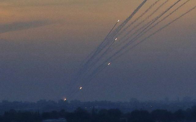 Une photo prise le 5 mai 2019 depuis la frontière entre Israël et Gaza montre un barrage de roquettes tirées depuis l'enclave palestinienne dirigée par le Hamas. (Jack Guez/AFP)