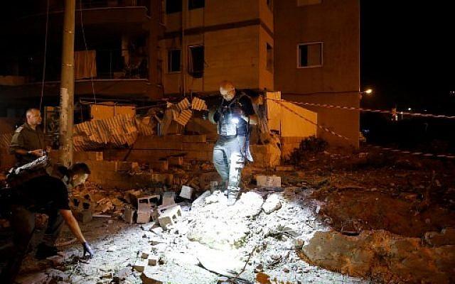 Les services d'urgence israéliens sur le site d'une attaque à la roquette dans la ville d'Ashdod, dans le sud d'Israël, le 5 mai 2019. (Crédit : Ahmad GHARABLI / AFP)