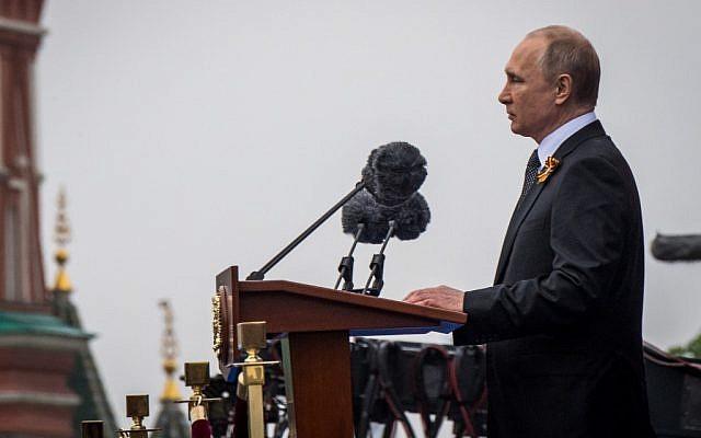 Le président russe Vladimir Poutine prononce un discours lors de la parade militaire du Jour de la Victoire sur la Place Rouge, dans le centre-ville de Moscou, le 9 mai 2019. (Mladen Antonov / AFP)