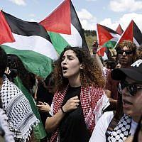 """Des Arabes israéliens brandissent des drapeaux palestiniens à l'occasion de la """"Marche du retour"""" annuelle qui se tient à Yom HaAtsmaout, le jour de l'indépendance d'Israël, près de la ville d'Oum al-Fahm, le 9 mai 2019. (Ahmad Gharabli/AFP)"""