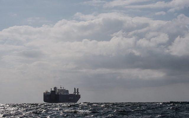 Le cargo saoudien Bahri Yanbu (C) attendant d'entrer dans le port du Havre, le 9 mai 2019.  (Crédit : Jean-François MONIER / AFP)
