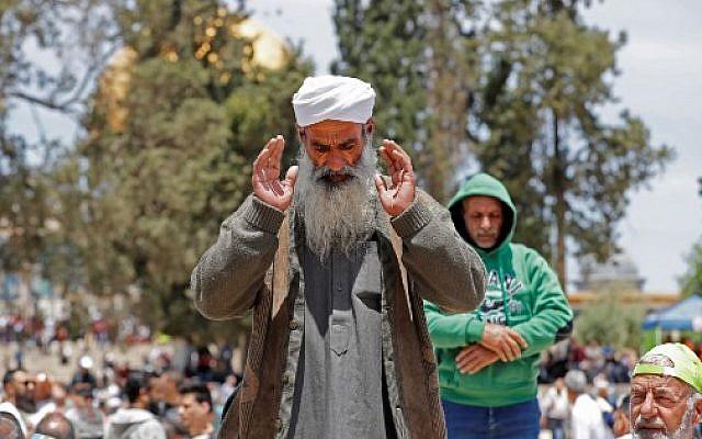 Des fidèles musulmans prient à la mosquée Al-Aqsa sur le mont du Temple à Jérusalem pour le premier vendredi saint du ramadan, le 10 mai 2019 (Crédit : Ahmad GHARABLI / AFP)