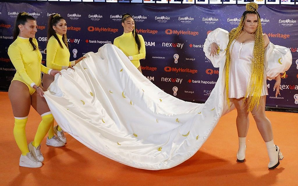 L'Israélienne Netta Barzilai, gagnante de l'édition 2018, pose pour une photo pendant la cérémonie du tapis rouge de la 64ème Eurovision au parc des expositions de Tel Aviv, le 12 mai 2019 (Crédit : Jack GUEZ / AFP)