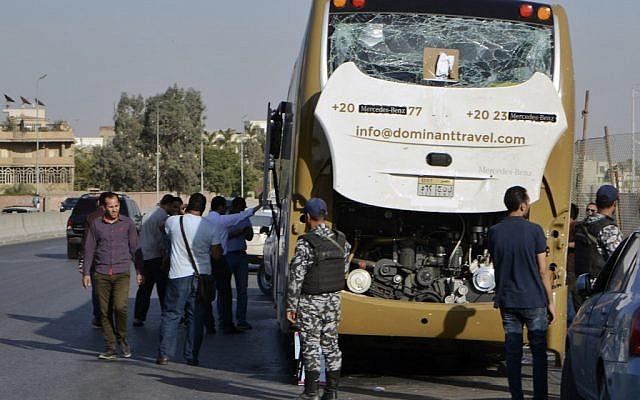 Un bus endommagé après une attaque à la bombe pr_s de la pyramide de Guizeh, le 19 mai 2019. (Crédit : Sayed HASAN / AFP)