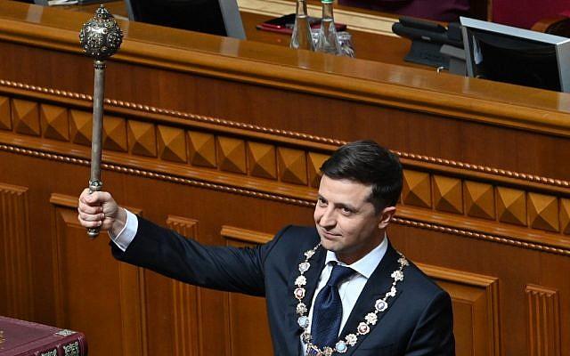 Le président ukrainien Volodymyr Zelensky tient le Bulava, symbole ukrainien du pouvoir, pendant la cérémonie d'investiture à Kiev, le 20 mai 2019. (Crédit : Genya SAVILOV / AFP)