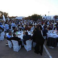 Les musulmans participent à un dîner de l'Iftar, le repas après le coucher du soleil pendant le mois sacré musulman du Ramadan, lors d'un événement organisé par les Juifs de Djerba, le premier jour du pèlerinage juif annuel de la synagogue El Ghriba, le plus ancien monument juif construit à Afrique, sur l'île de Djerba, dans la région méditerranéenne, le 22 mai 2019. (Crédit : FATHI NASRI / AFP)