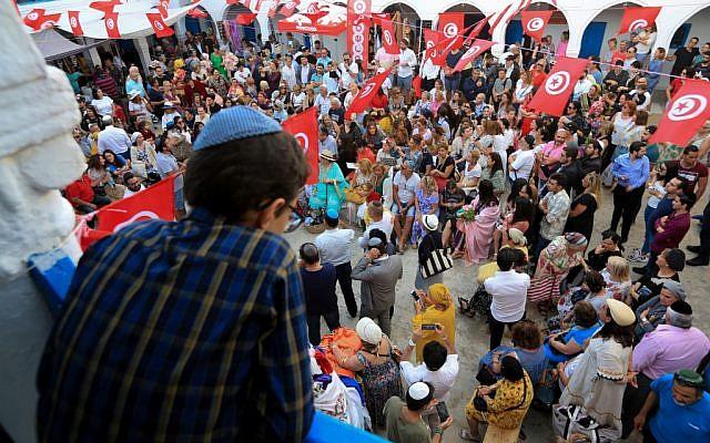 Des Juifs du monde entier en pèlerinage à la Ghriba, en Tunisie, les 22 et 23 mai 2019. (Crédit : FATHI NASRI / AFP)