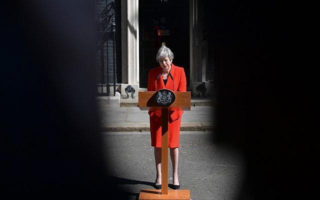 La Première ministre britannique Theresa May annonce sa démission devant le 10 Downing à Londres, le 24 mai 2019. (Crédit : Daniel LEAL-OLIVAS / AFP)
