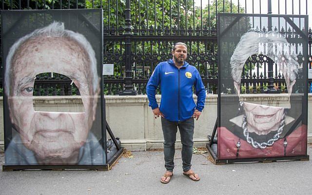 Le photographe germano-italien Luigi Toscano devant son mémorial vandalisé à Vienne, en Autriche, le 27 mai 2019. (Crédit : ALEX HALADA / AFP)