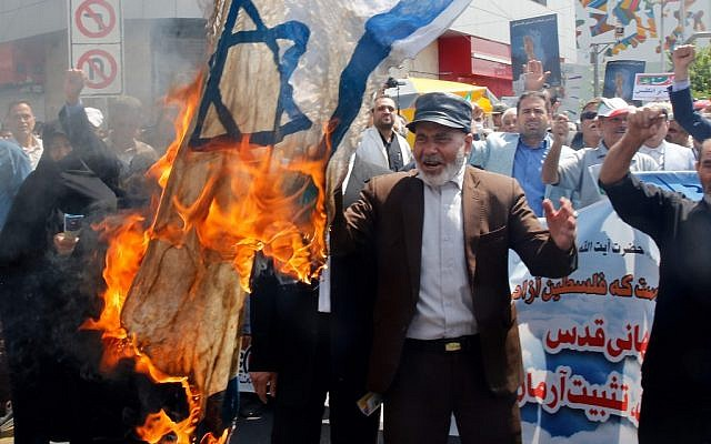 Des Iraniens brûlent un drapeau d'Israël pendant la journée d'Al-Qods à Téhéran, le 31 mai 2019. (Crédit : AFP)