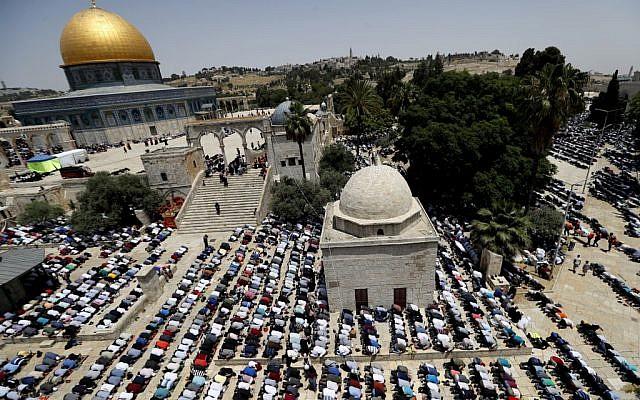 Des Palestiniens prient à la mosquée d'al-Aqsa au dernier vendredi du ramadan, le 31 mai 2019. (Crédit : Ahmad GHARABLI / AFP)