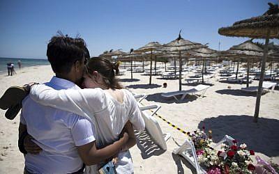 Des touristes sur les lieux d'un attentat, revendiqué par l'EI, sur une plage de Port el Kantaoui, en périphérie de Sousse, au sur de Tunis, le 27 juin 2015. (Crédit : AFP PHOTO / KENZO TRIBOUILLARD)