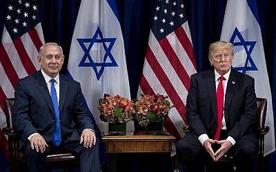 Le Premier ministre Benjamin Netanyahu (à gauche) et le Président américain Donald Trump, lors de leur rencontre au Palace Hotel à New York, avant l'Assemblée générale des Nations Unies, le 18 septembre 2017. (AFP Photo/Brendan Smialowski)