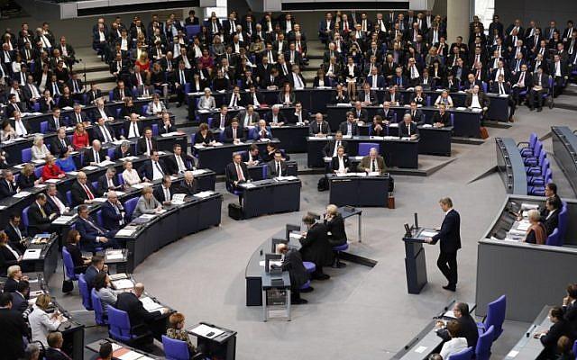 Bernd Baumann, membre du parti d'extrême droite Alternative pour l'Allemagne (AfD), premier président de l'AfD au Parlement, prononce son discours lors de la première session du Parlement nouvellement élu, le 24 octobre 2017, au Bundestag (ou chambre basse du Parlement) à Berlin. (AFP PHOTO / Odd ANDERSEN)