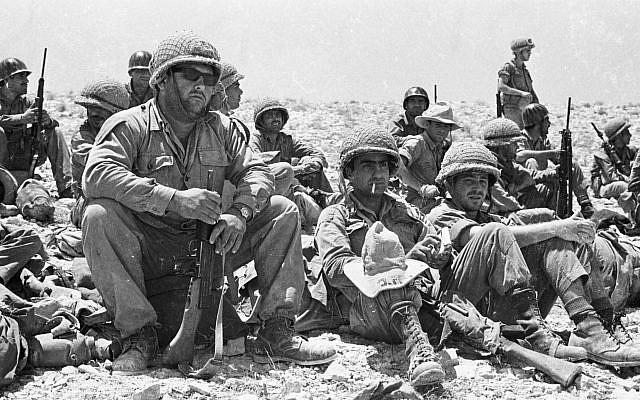 Une unité des blindés dans le désert du Neguev, le 20 mai 1967. (Crédit : IPPA/Dan Hadani archive via National Library of Israel)