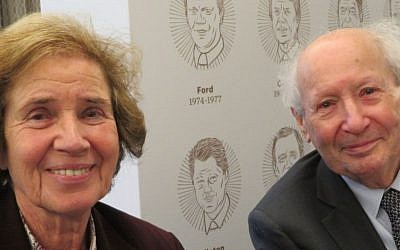 Beate et Serge Klarsfeld prennent la pose avant de recevoir un prix au musée américain de commémoration de l'Holocauste à  Washington, le 29 avril 2019 (Crédit : Ron Kampeas/JTA)