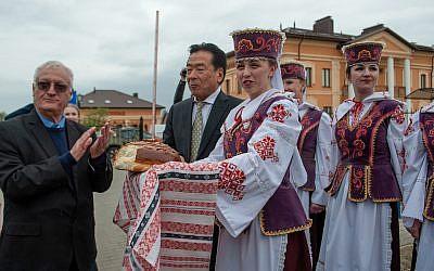 Chaim Chesler, à gauche, et Nobuki Sugihara lors des commémorations de la Shoah à Mir, en Biélorussie, le 2 mai 2019. (Crédit : Limmud FSU/Boris Brumin)