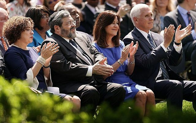 De gauche à droite, la pasteur Marilyn Rivera, le rabbin Abba Cohen, Karen Pence et son époux le vice-président Mike Pence participent à une journée nationale de prière dans la Rose Garden de la Maison Blanche, le 2 mai 2019. (Chip Somodevilla/Getty Images/via JTA)