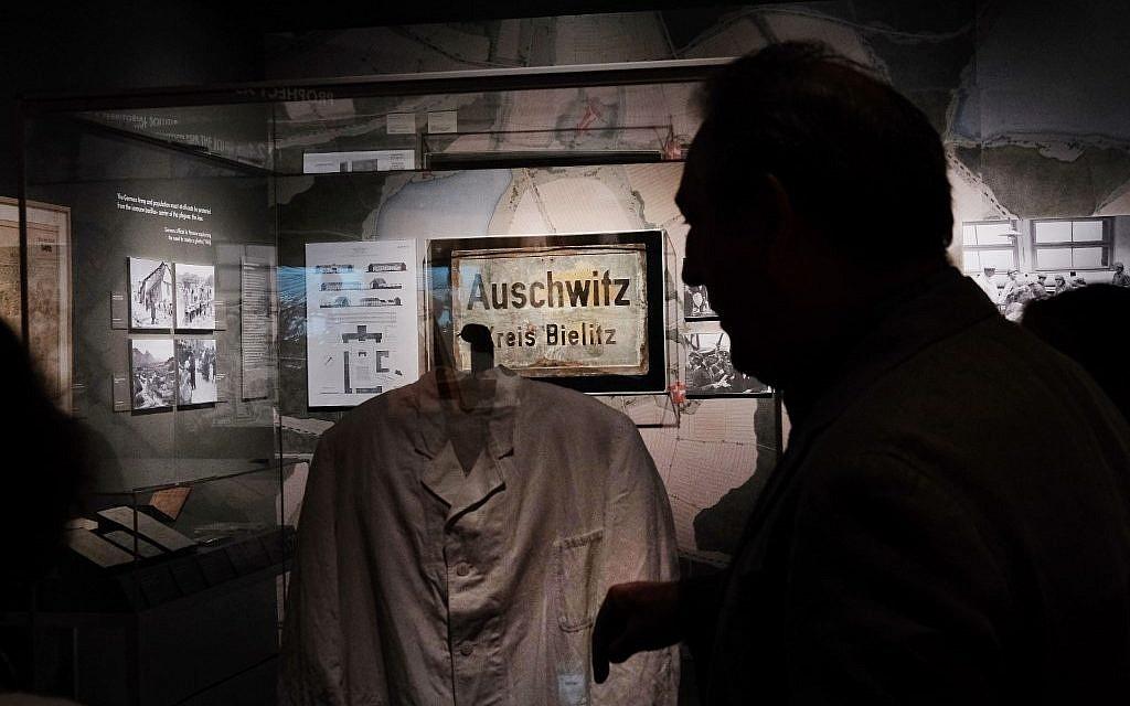 """L'exposition  """"Auschwitz. Il n'y a pas si longtemps, pas si loin"""" au Museum of Jewish Heritage, le 2 mai 2019 à New York City. (Crédit : Spencer Platt/Getty Images/AFP)"""