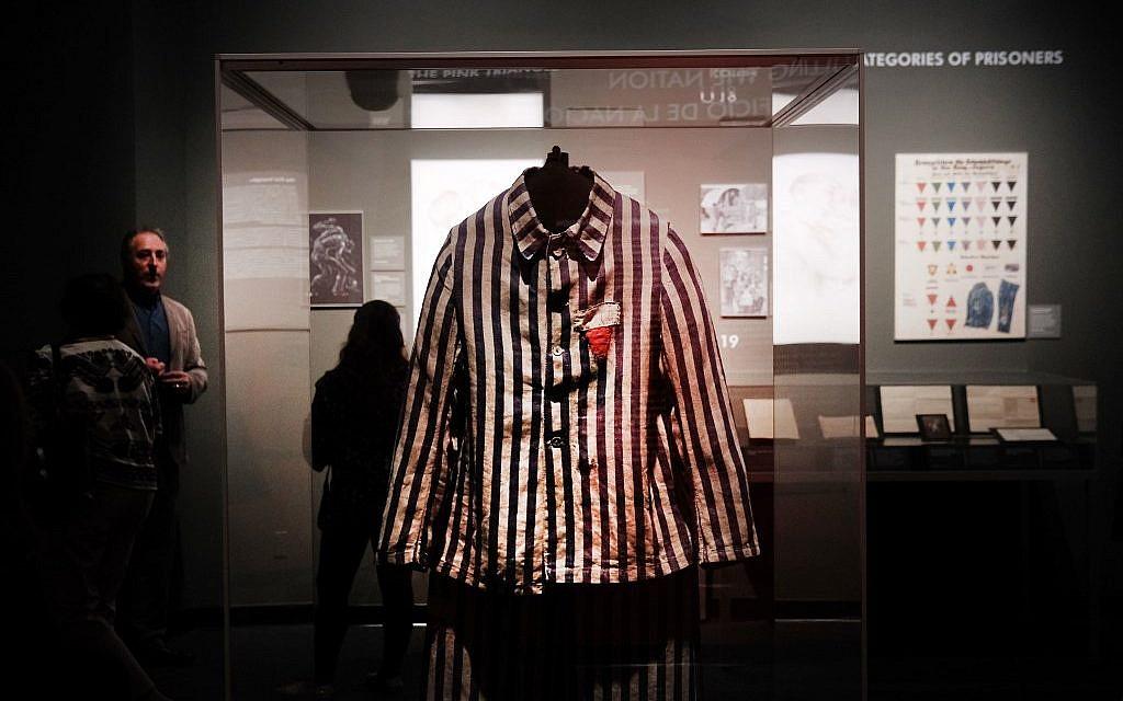 """La veste d'uniforme d'un prisonnier juif d'Auschwitz exposée au Museum of Jewish Heritage pour l'exposition """"Auschwitz. Il n'y a pas si longtemps, pas si loin"""", le 2 mai 2019 à New York City. (Crédit : Spencer Platt/Getty Images/AFP)"""