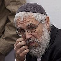 Le rabbin Moti Elon, qui a été reconnu coupable en 2013 d'agression sexuelle forcée contre un mineur, est vu dans la salle d'audience du tribunal correctionnel de Jérusalem, avant son audience, le 18 décembre 2013. (David Vaaknin/Flash 90/Pool)