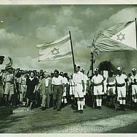 Des soldats israéliens accueillent le Premier ministre David Ben Gurion à Haïfa. L'une des 26 rares photos de la guerre d'indépendance de 1948 qui seront mises aux enchères par l'hôtel des ventes Kedem de Jérusalem en mai 2019. (Kedem Auction House)