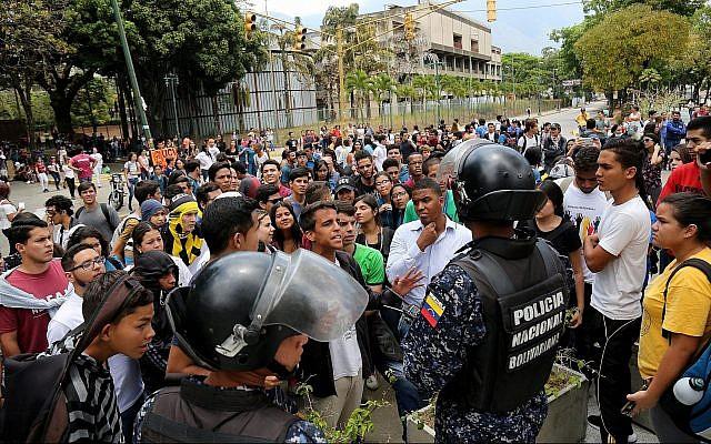 Des étudiants débattent avec des policiers lors d'un rassemblement en faveur du leader de l'opposition Juan Guaido et contre Nicolas Maduro à l'Universidad Central de Venezuela à Caracas, Venezuela, le 2 mai 2019. (Edilzon Gamez/Getty Images/via JTA)