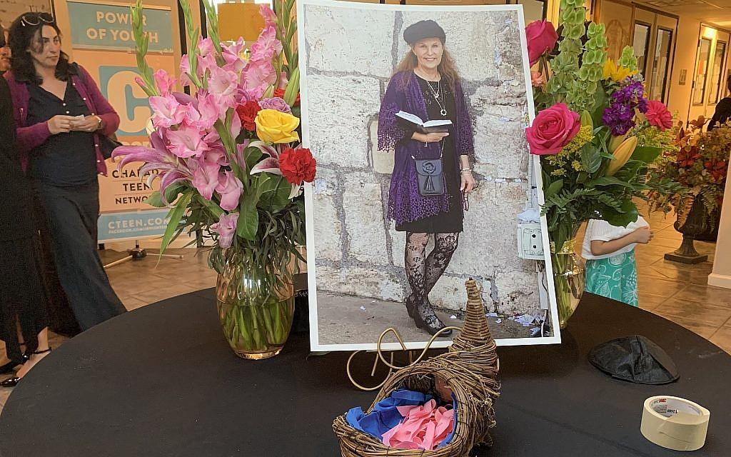 Une photo de Lori Gilbert-Kaye au centre Habad de Poway, Californie, le 3 mai 2019. (Gabrielle Birkner/JTA)