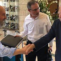 Paul Jospa, fils de Hertz et Yvonne Jospa, rencontre Shaul Harel (à droite) pour la première fois sous le regard du directeur du B'nai B'rith World Center, Alan Schneider, à Jérusalem, le 1er mai 2019. (Renee Ghert-Zand/TOI)