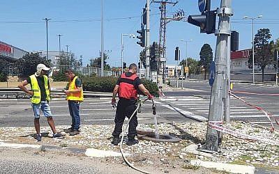 Le ministère israélien de l'Environnement lance de l'eau dans les égoûts en dessous d'une zone commerciale pour tenter de disperser des gaz explosifs ayant fuité des usines chimiques de Haïfa, le 18 mai 2019 (Crédit : Ministère de la Protection environnementale)