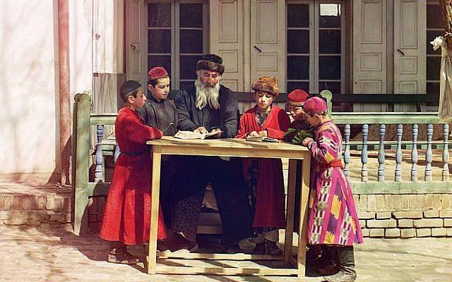 Des enfants juifs en habits traditionnels, avec leur professeur, àSamarcande, en Ouzbékistan,entre 1909 et 1915. (Crédit photo : Wikimédia / Sergej Prokudin-Gorskij (1863–1944) / Library of Congress by Walter Frankhauser / WalterStudio
