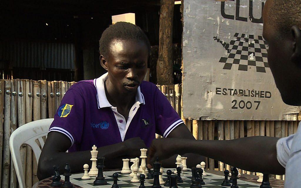 Un soudanais joue aux échecs. (Crédit :  AFPTV)