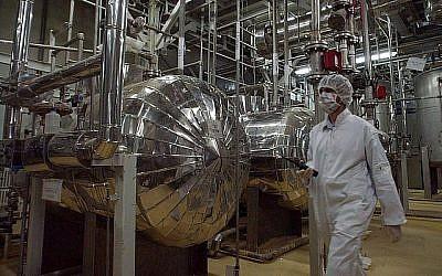 Photo d'illustration : Un ouvrier iranien dans la structure de conversion de l'uranium d'Isfahan, à 40 kilomètres au sud de Téhéran, au mois de janvier 2014 (Crédit : AP /Vahid Salemi)