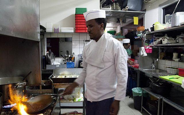 Le migrant érythréen Russom Weldu Weldeslasie employé dans un restaurant de Tel Aviv, en Israël, le 8 août 2018 (Crédit : Caron Creighton/AP)