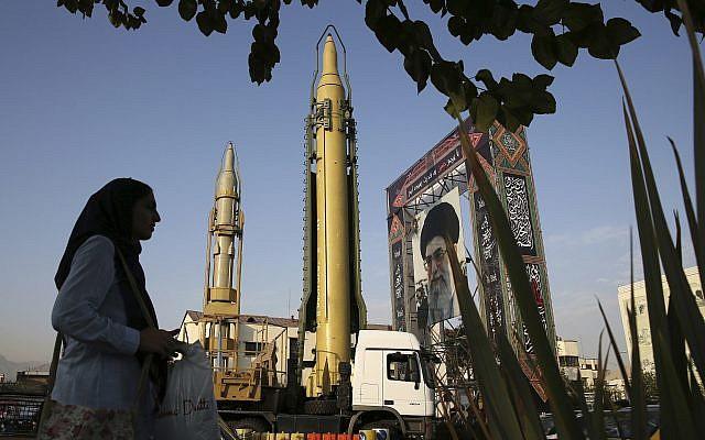 Des missiles sol-sol et un portrait du chef suprême iranien, l'Ayatollah Ali Khamenei, en septembre 2017. (Crédit : AP Photo/Vahid Salemi)