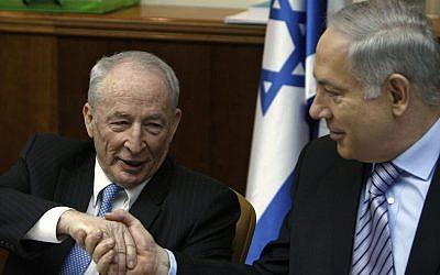 Le Premier ministre Benjamin Netanyahu, (à droite), serre la main du nouveau procureur général Yehuda Weinstein lors de la réunion hebdomadaire du cabinet à Jérusalem, le 14 février 2010. (AP Photos/Ronen Zvulun, Pool)