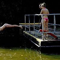 Illustration. Une femme plonge dans un bassin à Hampstead Heath à Londres, le 28 septembre 2011. (Crédit : Matt Dunham/AP)